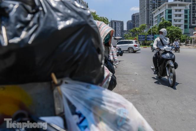 Xe vào bãi rác Nam Sơn bị chặn, phố phường Hà Nội ngập trong 'biển' rác - ảnh 7