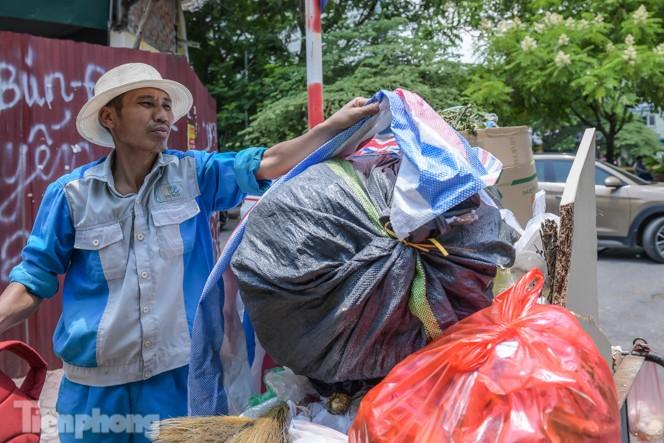 Xe vào bãi rác Nam Sơn bị chặn, phố phường Hà Nội ngập trong 'biển' rác - ảnh 8
