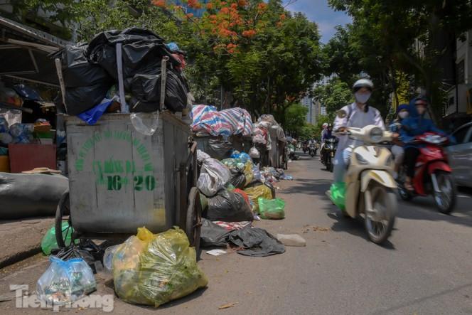 Xe vào bãi rác Nam Sơn bị chặn, phố phường Hà Nội ngập trong 'biển' rác - ảnh 9