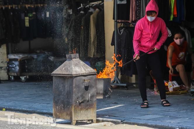 Vỉa hè, lòng đường Thủ đô 'đỏ lửa' cúng rằm tháng 7 - ảnh 5