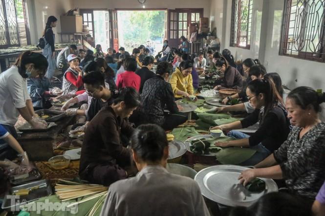 Nhiều nơi ở Hà Nội gửi hàng vạn bánh chưng ủng hộ miền Trung - ảnh 1