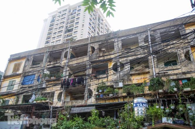 Cận cảnh các chung cư trước nguy cơ đổ sập bất cứ lúc nào ở Hà Nội - ảnh 11