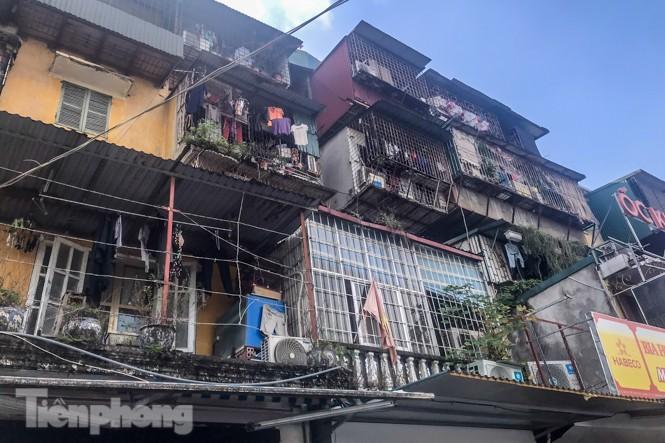 Cận cảnh các chung cư trước nguy cơ đổ sập bất cứ lúc nào ở Hà Nội - ảnh 12