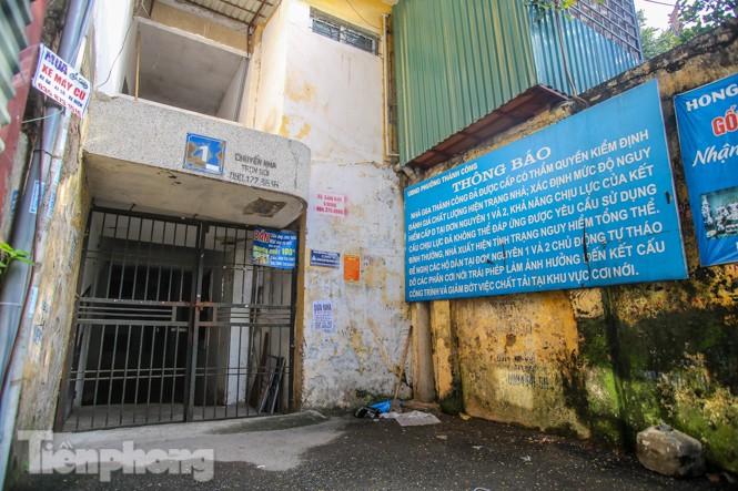Cận cảnh các chung cư trước nguy cơ đổ sập bất cứ lúc nào ở Hà Nội - ảnh 13