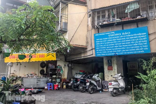 Cận cảnh các chung cư trước nguy cơ đổ sập bất cứ lúc nào ở Hà Nội - ảnh 14