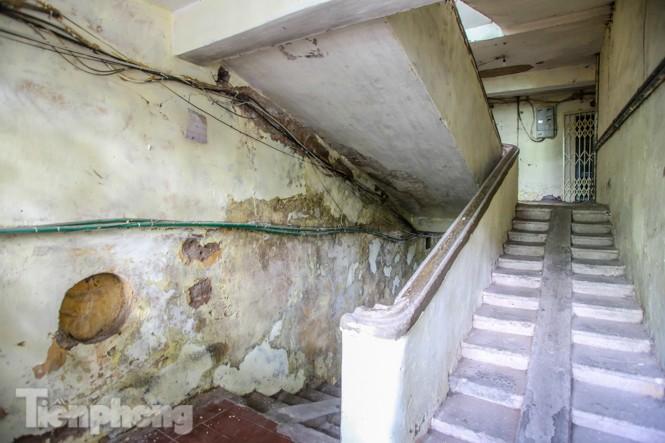 Cận cảnh các chung cư trước nguy cơ đổ sập bất cứ lúc nào ở Hà Nội - ảnh 16