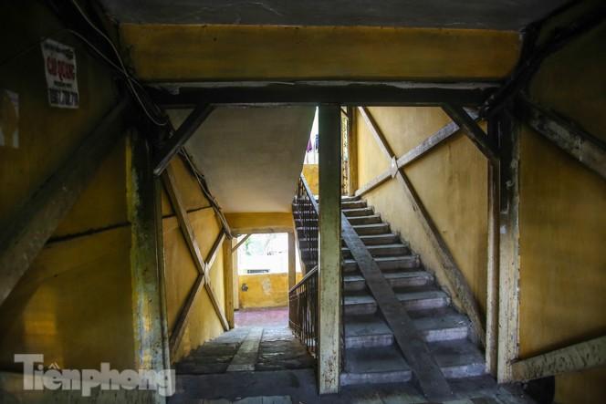 Cận cảnh các chung cư trước nguy cơ đổ sập bất cứ lúc nào ở Hà Nội - ảnh 17