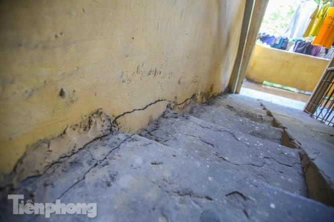 Cận cảnh các chung cư trước nguy cơ đổ sập bất cứ lúc nào ở Hà Nội - ảnh 19