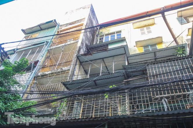 Cận cảnh các chung cư trước nguy cơ đổ sập bất cứ lúc nào ở Hà Nội - ảnh 22