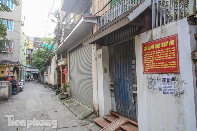 Cận cảnh các chung cư trước nguy cơ đổ sập bất cứ lúc nào ở Hà Nội - ảnh 21