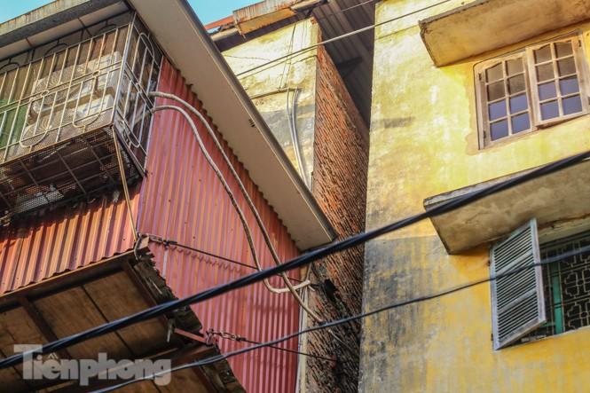 Cận cảnh các chung cư trước nguy cơ đổ sập bất cứ lúc nào ở Hà Nội - ảnh 23
