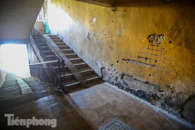 Cận cảnh các chung cư trước nguy cơ đổ sập bất cứ lúc nào ở Hà Nội - ảnh 5