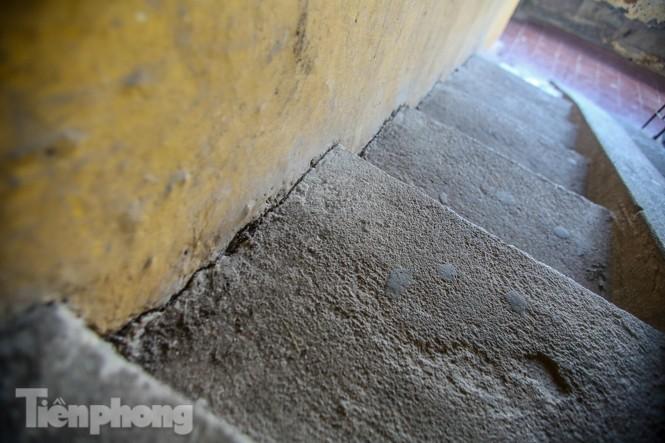 Cận cảnh các chung cư trước nguy cơ đổ sập bất cứ lúc nào ở Hà Nội - ảnh 6