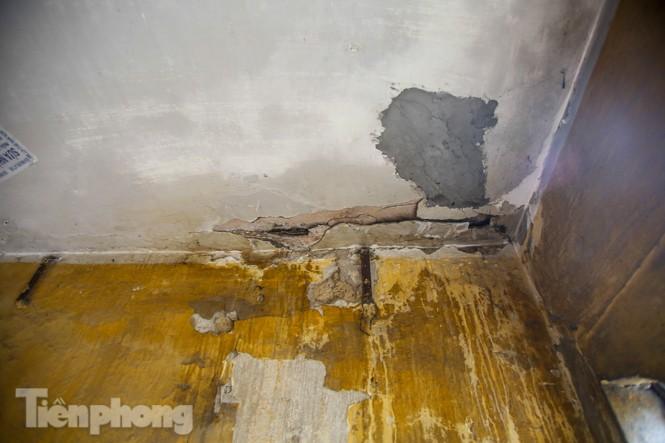 Cận cảnh các chung cư trước nguy cơ đổ sập bất cứ lúc nào ở Hà Nội - ảnh 9