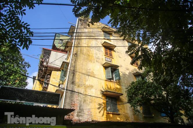 Cận cảnh các chung cư trước nguy cơ đổ sập bất cứ lúc nào ở Hà Nội - ảnh 10