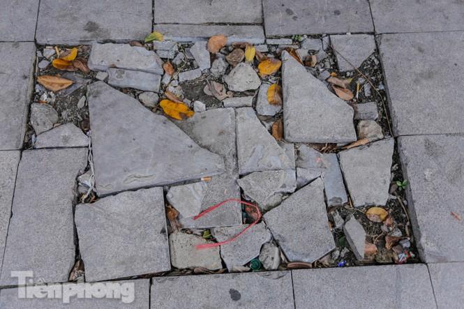 Sau ba năm lát, đá 'độ bền 70 năm' và gạch vỉa hè nhiều nơi vỡ nát - ảnh 2
