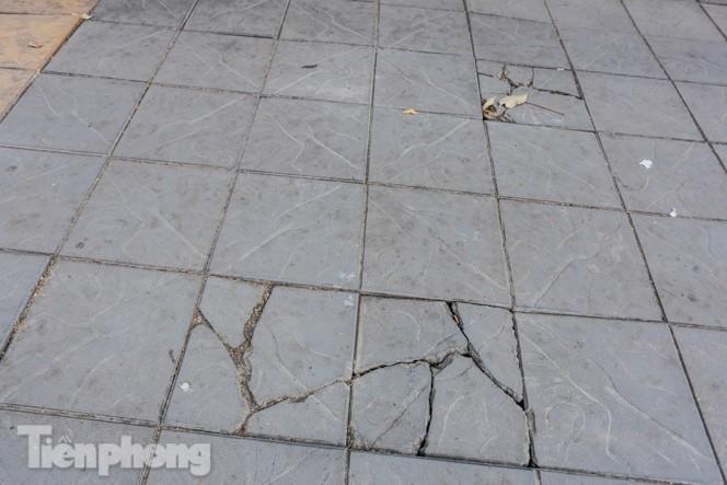 Sau ba năm lát, đá 'độ bền 70 năm' và gạch vỉa hè nhiều nơi vỡ nát - ảnh 3