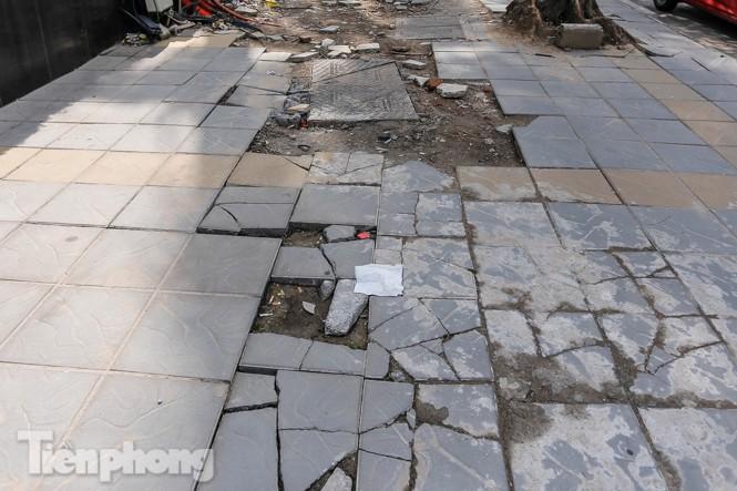 Sau ba năm lát, đá 'độ bền 70 năm' và gạch vỉa hè nhiều nơi vỡ nát - ảnh 6