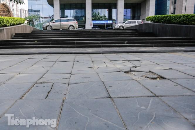 Sau ba năm lát, đá 'độ bền 70 năm' và gạch vỉa hè nhiều nơi vỡ nát - ảnh 9