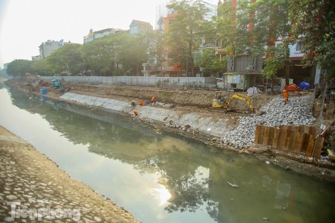 Cận cảnh ống cống gom nước thải sắp 'giải cứu' sông Tô Lịch - ảnh 1
