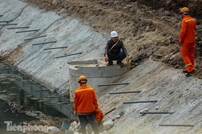 Cận cảnh ống cống gom nước thải sắp 'giải cứu' sông Tô Lịch - ảnh 9