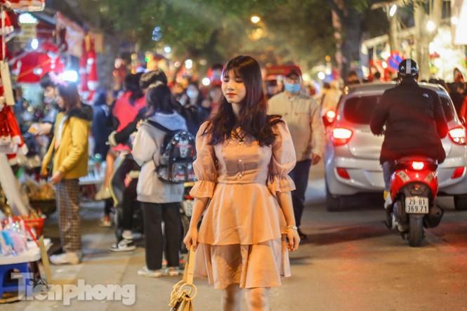 Ngắm những 'bóng hồng' xinh đẹp trong đêm Giáng sinh ở phố Hàng Mã - ảnh 3