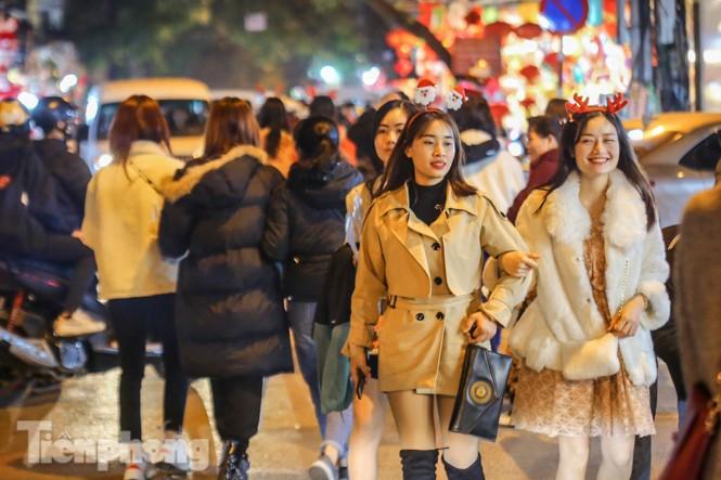 Ngắm những 'bóng hồng' xinh đẹp trong đêm Giáng sinh ở phố Hàng Mã - ảnh 1