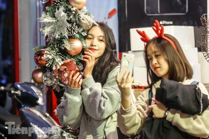 Ngắm những 'bóng hồng' xinh đẹp trong đêm Giáng sinh ở phố Hàng Mã - ảnh 5