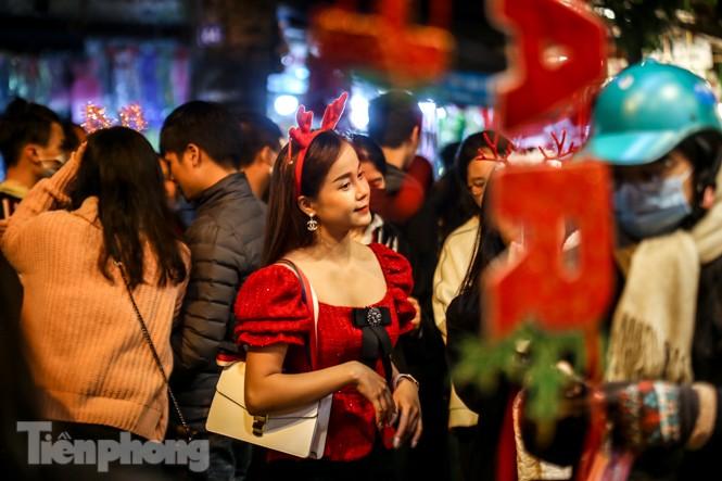 Ngắm những 'bóng hồng' xinh đẹp trong đêm Giáng sinh ở phố Hàng Mã - ảnh 7