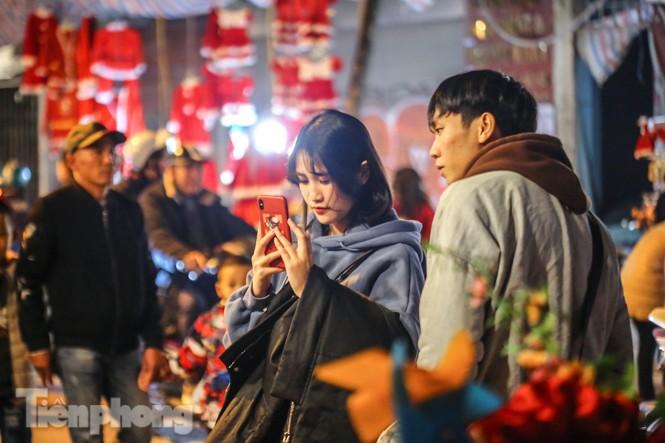 Ngắm những 'bóng hồng' xinh đẹp trong đêm Giáng sinh ở phố Hàng Mã - ảnh 10