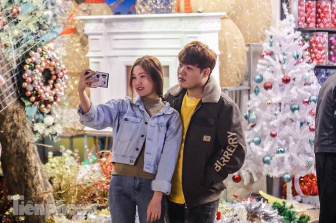 Ngắm những 'bóng hồng' xinh đẹp trong đêm Giáng sinh ở phố Hàng Mã - ảnh 11