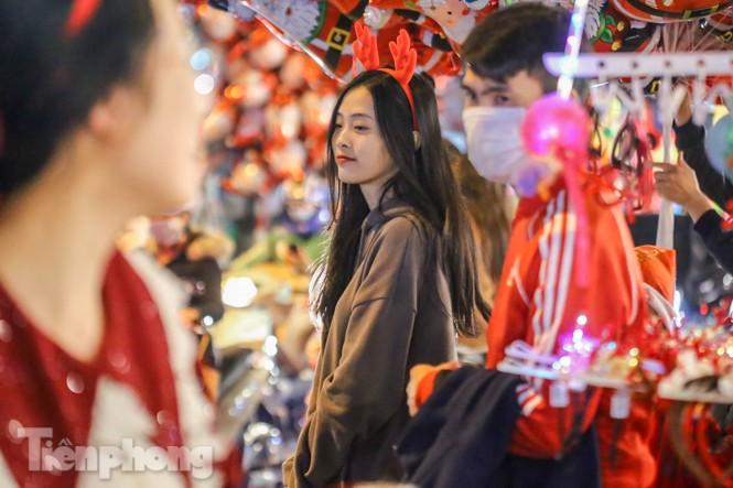 Ngắm những 'bóng hồng' xinh đẹp trong đêm Giáng sinh ở phố Hàng Mã - ảnh 13