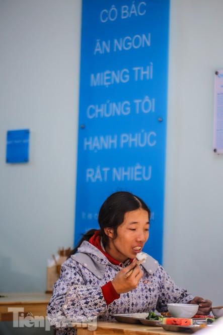 Ấm lòng quán cơm 2.000 đồng giữa trời rét buốt ở Hà Nội - ảnh 10