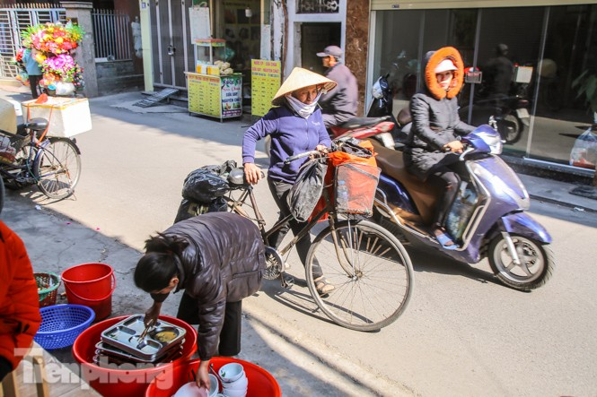 Ấm lòng quán cơm 2.000 đồng giữa trời rét buốt ở Hà Nội - ảnh 12