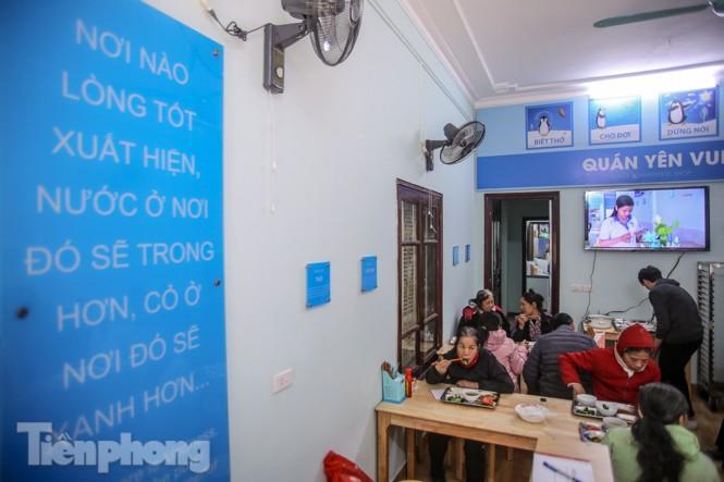 Ấm lòng quán cơm 2.000 đồng giữa trời rét buốt ở Hà Nội - ảnh 7