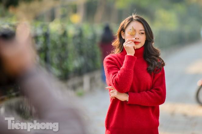 Thiếu nữ Hà thành khoe sắc bên hàng phong lá đỏ đẹp như xứ Hàn - ảnh 9