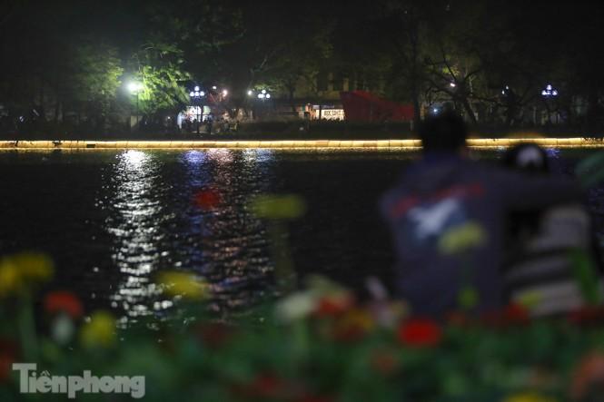 Ngắm hồ Hoàn Kiếm lung linh, huyền ảo về đêm - ảnh 13