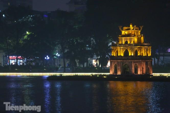 Ngắm hồ Hoàn Kiếm lung linh, huyền ảo về đêm - ảnh 1