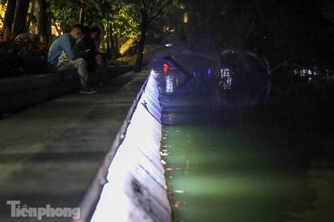 Ngắm hồ Hoàn Kiếm lung linh, huyền ảo về đêm - ảnh 5