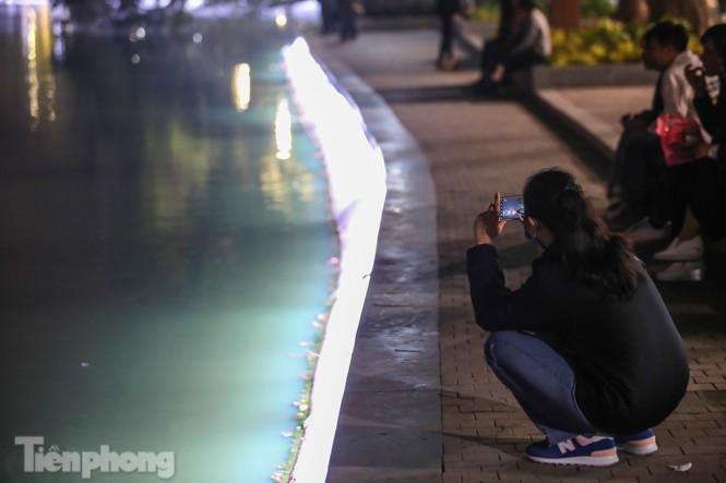 Ngắm hồ Hoàn Kiếm lung linh, huyền ảo về đêm - ảnh 10