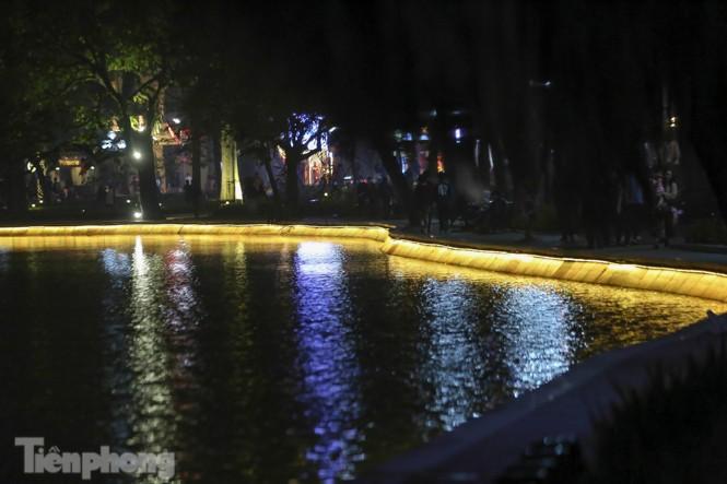 Ngắm hồ Hoàn Kiếm lung linh, huyền ảo về đêm - ảnh 11