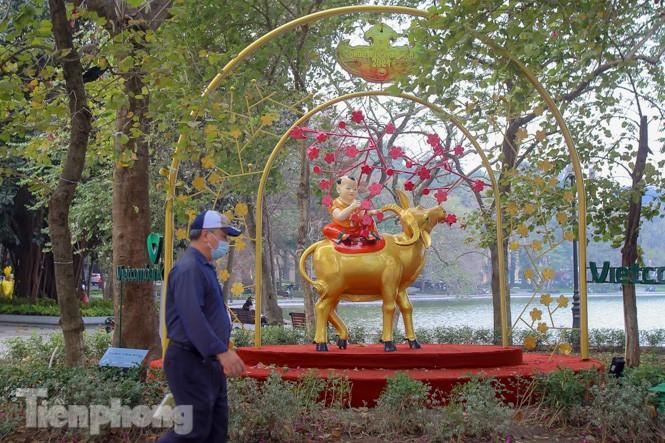 Đào bung sắc bên những thảm hoa rực rỡ quanh hồ Hoàn Kiếm ngày cận Tết - ảnh 16