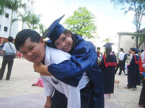 Rớt nước mắt với bức ảnh cha cõng con ngày tốt nghiệp - ảnh 1