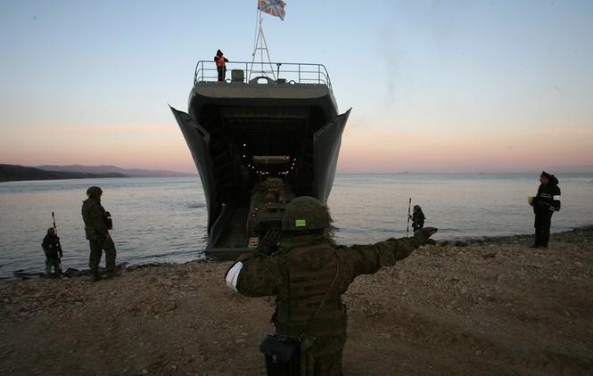 Xem lính thủy đánh bộ Nga đổ bộ đường biển - ảnh 13