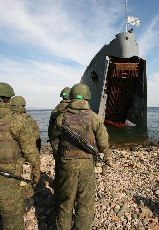 Xem lính thủy đánh bộ Nga đổ bộ đường biển - ảnh 1