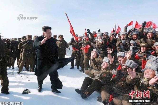 [ẢNH] Kim Jong-un chinh phục ngọn núi cao nhất Triều Tiên - ảnh 1