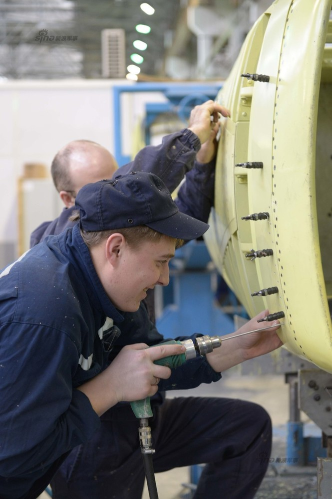 Đột nhập nhà máy sản xuất 'xe tăng bay' Su-34 - ảnh 11