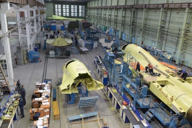 Đột nhập nhà máy sản xuất 'xe tăng bay' Su-34 - ảnh 1