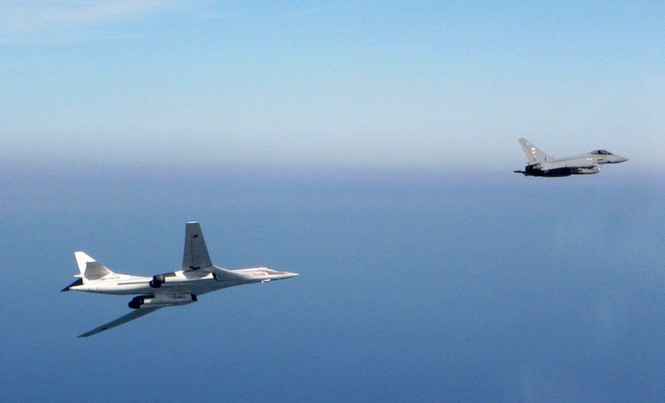 [ẢNH] Cuộc đối đầu giữa tiêm kích Typhoon và oanh tạc cơ Tu-160 - ảnh 4