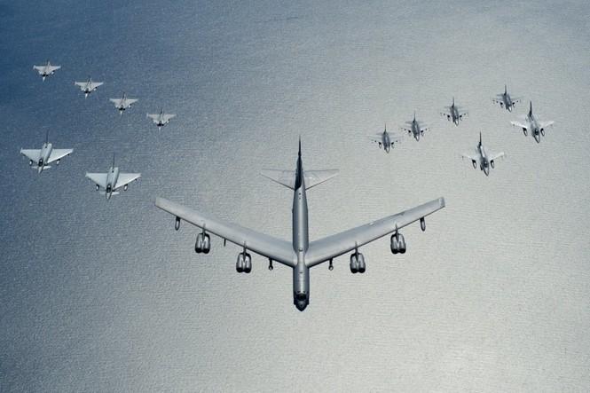 [ẢNH] Không quân NATO thị uy sức mạnh gần biên giới Nga - ảnh 1